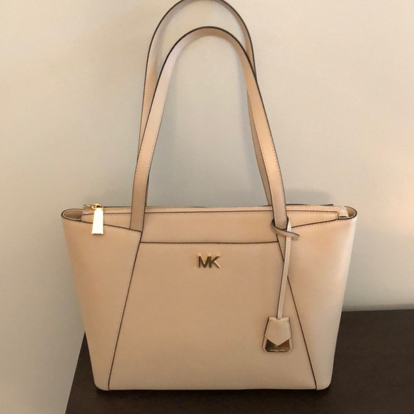 b679ca326587 Michael Kors Maddie Medium Crossgrain Leather Tote.  M_5b1d5db6194dad6cb067e4d3